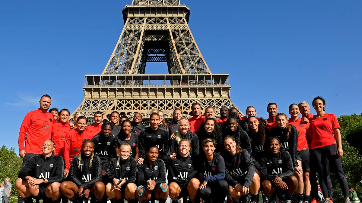 Flash Back The Women S Team At The Eiffel Tower Paris Saint Germain